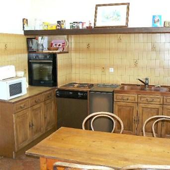 La cuisine avec four électrique, micro-ondes, lave-linge,lave-vaisselle, réfrigérateur, grille-pain