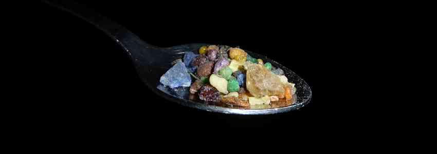 Qu'est-ce qui se cache derrière les encens? Des oléorésines utiles pour le soin du corps (baume) autant que de l'esprit (encensoir)!