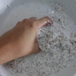 7- Une fois que vous avez bien transpiré et que tout est râpé, ajoutez l'eau de coco que vous avez stocké dans un verre ou un bocal plus un peu d'eau