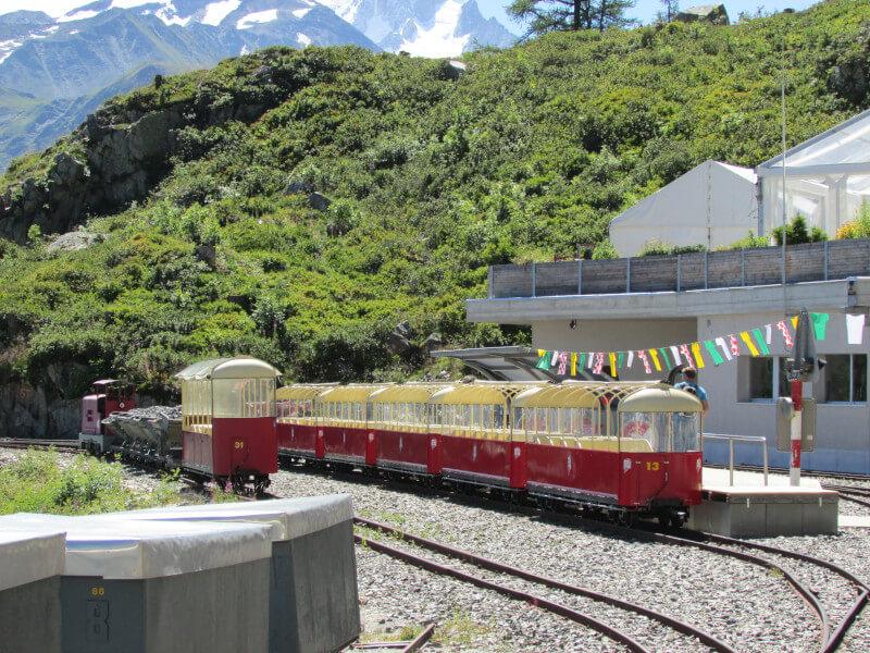 Le train panoramique VerticAlp au barrage d'Emosson