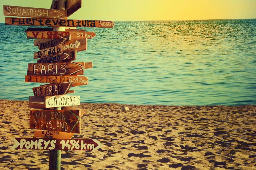 Une_plange_avec_un_panneau_indiquant_plusieurs_destinations