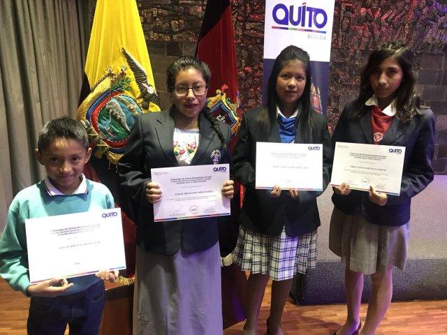 Estudiantes oficiales de Quito, destacados con becas académicas