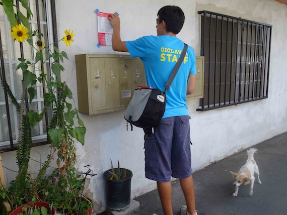 While volunteers left notices taped over mailboxes at residents, Sahra knocked on doors to speak with those that were at home. Erick Huerta/Streetsblog LA