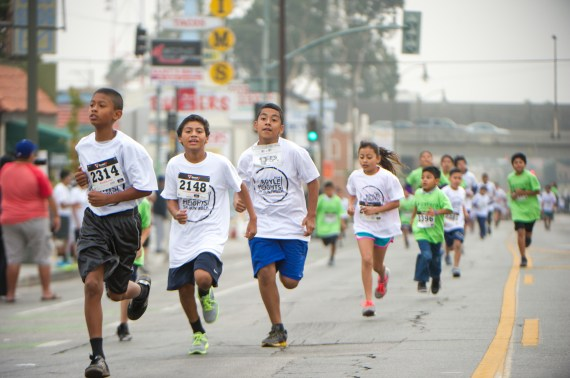 Kids hustle their way up 1st St. Photo: Eddie Ruvalcaba
