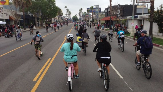 CicLAvia touched down in the San Fernando Valley for the first time ever yesterday. Cyclists, skaters, and pedestrians share Ventura Boulevard in Studio City. All photos by Joe Linton/Streetsblog L.A.