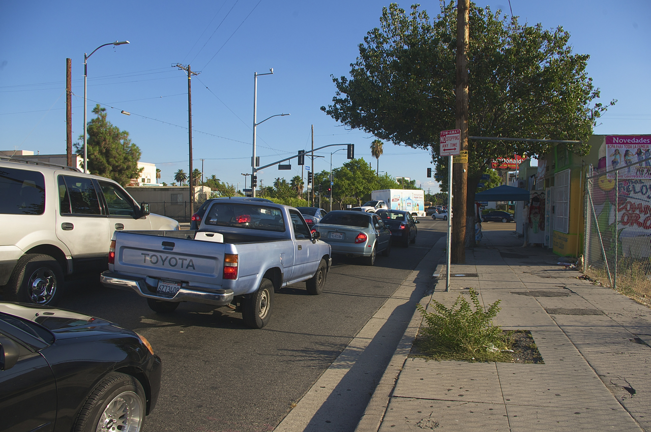 The handful of cyclists that chose to ride on the road had very little space in which to do so -- all rode in the gutter, hugging the curb. Sahra Sulaiman/Streetsblog L.A.