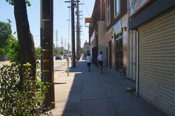 Youth take the shady side of the street home. Sahra Sulaiman/Streetsblog L.A.
