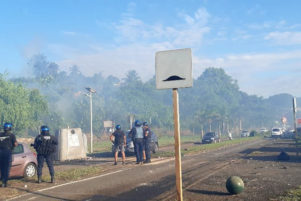 Les policiers en intervention sur les barrages à Passamainty
