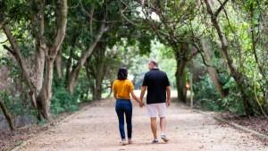 Juliana Frota e Nelson Paiva caminhando no bosque da barra