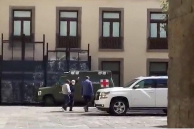 Captan en video a AMLO en patio de Palacio Nacional; porta cubrebocas