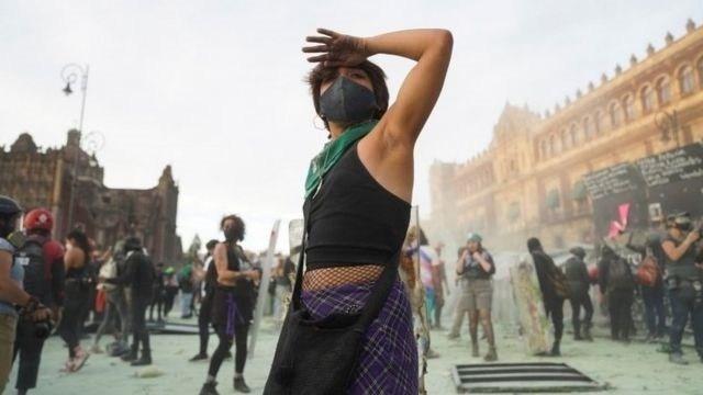 Las manifestantes se enfrentaron con el dispositivo de 1.700 mujeres policías que fue establecido para la marcha del 8 de marzo.