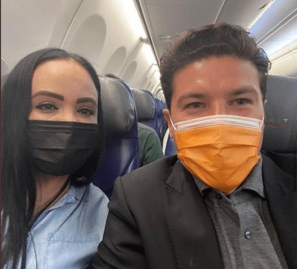 Comparte Samuel García, candidato del partido Moviemiento Ciudadano, foto con esposa del responsable de la masacre Casino Royale