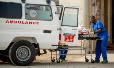 Autokolarin uhria tuodaan ambulanssilla sairaalaan