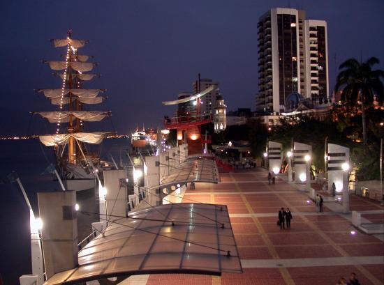 Malecón 2000 noche