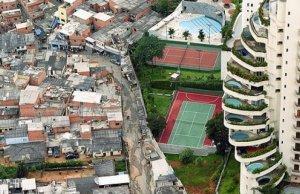 Imagen de una favela brasileña. El contraste entre miseria y opulencia.
