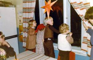 Foto de Taito Kautto: de izquierda a derecha aparecen los niños Pia Kautto, Katja Eerola, Jarno Eerola (Jasu) y Kim Sandås. La mujer a la izquierda es Marlen Eerola y la mujer a la derecha es Kristina Sandås.