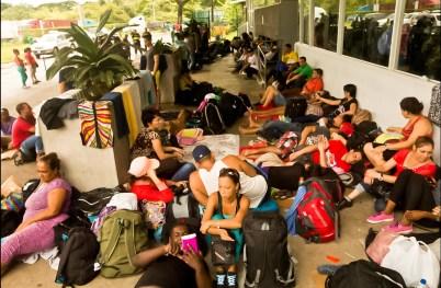 Debido a la gran cantidad de refugiados cubanos en el pueblo de La Cruz, las autoridades costarricenses han improvisado más alojamientos a fin de atender a los migrantes.