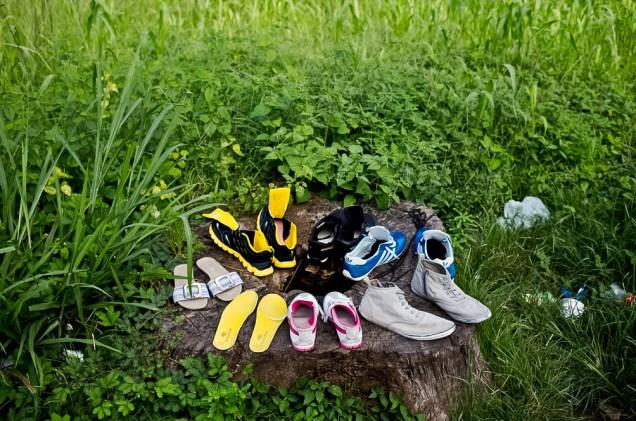 Zapatos de los migrantes puestos a secar en un tronco de árbol, cerca de la oficina de inmigración en Peñas Blancas.