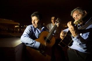 Cantantes contratados por las familias honran con pasillos y rancheras a los familiares caídos. Foto: Edu León