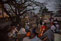 La tarde cae en Pedernales y las familias se reúnen en torno a las tumbas de sus familiares. Foto: Edu León