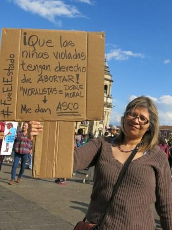 Una mujer muestra un cartel que habla sobre el aborto, tema tabú en Guatemala. En febrero, había llegado a aguas internacionales frente a Guatemala el barco de aborto seguro de Women on Waves, pero tuvo que irse por presión del Estado y los militares, a pesar de que no invadía territorio guatemalteco.