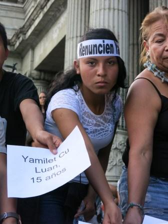 La mirada impactante de una joven participante del performance que se realizó durante la protesta. Guatemala ha movilizado su duelo por un asesinato que debe sacudir la historia de este país.