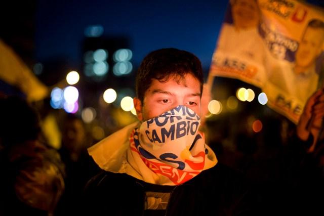 Seguido de Lasso protesta en las calles de Quito. Foto/Edu León