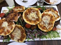 Plato de kebab mixto (lahmacun, adana kebab, kusbasi kebab, tavuk pirzola, kuzu pirzola, ensalda y arroz). Foto:DevrimDeniz, 2017.