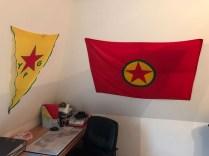 Cuarto de Rohat, banderas de las YPG y PKK. Foto: Carlos Pazmiño, 2017.