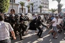 Policías antidisturbios cargando contra los manifestantes el pasado 20 de julio en la plaza Ifriquia en el centro de Alhucemas. Cientos de policías intentaron impedir la protesta, prohibida por el Gobierno, pero la gente se manifestó en todos los barrios de la ciudad.
