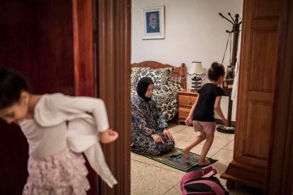Hodda Sekatti, rezando en su casa, junto a dos de sus hijas, momentos antes de salir para coger un autobús y ver a su esposo El Hannoudi El Habib, preso en la cárcel de Oukacha de Casablanca por participar en las protestas. El Habib es conductor de autobuses y fue detenido cuando terminó de trabajar el 29 de mayo. Desde entonces permanece encerrado junto a más de 200 personas detenidas por protestar.