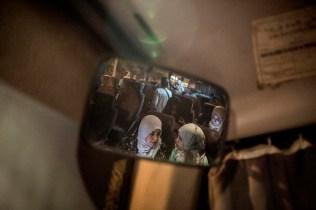 El autobús para que los familiares de presos puedan viajar a la cárcel de Casablanca está pagado por el sindicato Unión Marroquí del Trabajo (UNT), ya que hay varios sindicalistas detenidos. En el autobús viajan esposas, madres, padres, hermanos e hijos de las personas encarceladas.