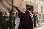 Un grupo de mujeres con el puño en alto grita a la policía durante las protestas del día 20 de julio en Alhucemas. La lucha por derechos sociales tiene el apoyo mayoritario de la sociedad rifeña.