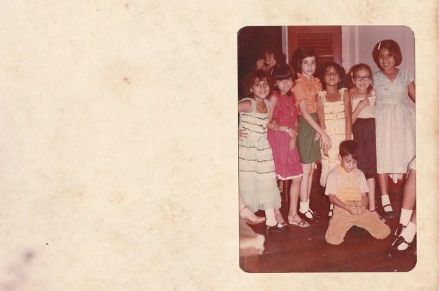 Imagen del anverso del texto descriptivo sobre el vestuario y nombre de las niñas. Foto: Vicente Gaibor del Pino
