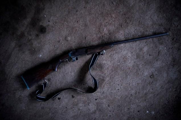 Catherine Pérez no es capaz de empuñar un arma, sin embargo, este rifle de caza adorna una esquina de su hogar. Solo lo usaría para ahuyentar a los animales que intenten dañar su cultivo de plátano con el que espera sacar a sus hijos adelante.