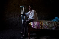 Rafael Alonso Miranda, un ganadero de 63 años, perdió su pierna a causa de un cilindro bomba que cayó al lado de su casa, en medio de enfrentamientos entre las FARC y el Ejército. A pesar de eso nunca dejó su hogar en Bellavista, Magdalena. Ahora en muletas espera salir adelante en su casa a medio construir.
