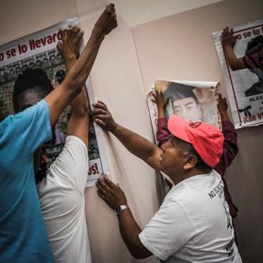 Antes de la reunión con organizaciones sociales que se realiza en #Hermosillo, compañeros estudiantes, padres y madres de los 43 estudiantes desaparecidos de Ayotzinapa, cuelgan carteles con los rostros de los normalistas que fueron agredidos por el ejército y corporaciones policiacas la noche del 26 de septiembre del 2014, en Iguala, Guerrero. Foto: Alonso Castillo.