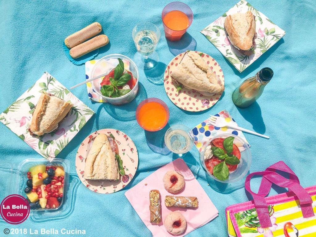 Picknickmand gevuld met zoveel lekkernijen