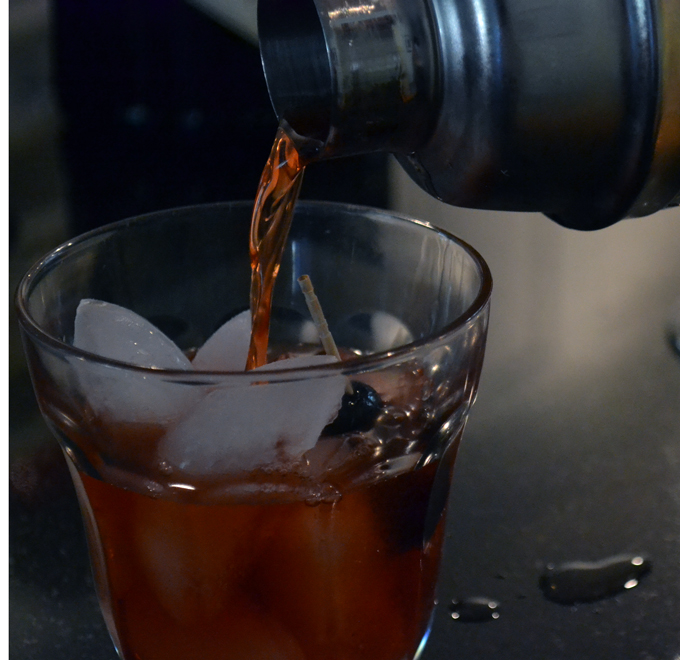 Pouring The Perfect Negroni | labellasorella.com