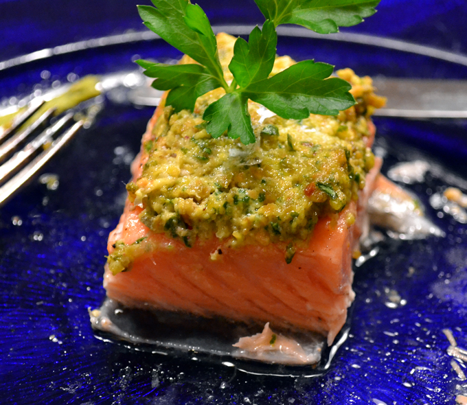 Salmon with pistacchio served | labellasorella.com