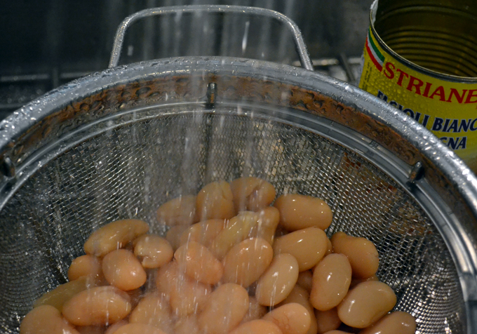 Rinsing the beans for Tuna & Bean Salad | labellasorella.com