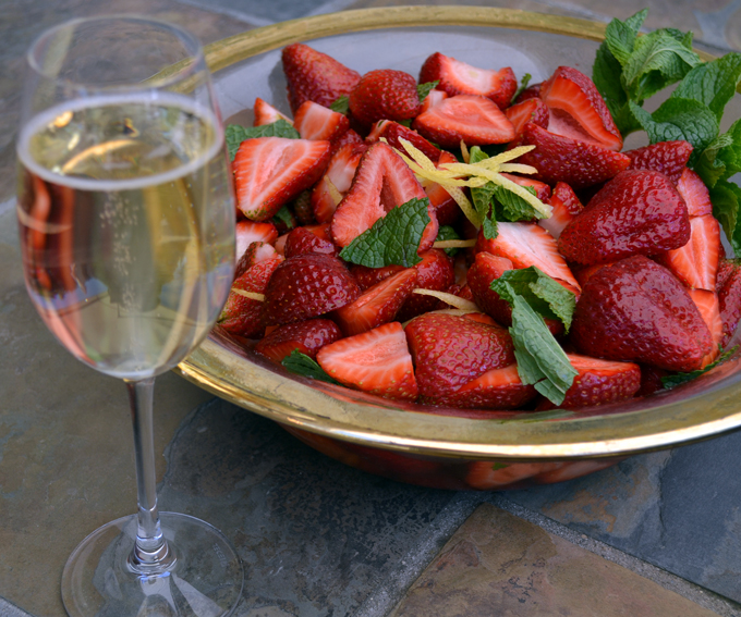 Strawberries with Prosecco, a perfect summer dessert |labellasorella.com