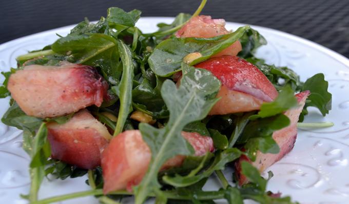 White Peaach and Arugul -Salad, perfect on a warm Summer evening | labellasorella.com