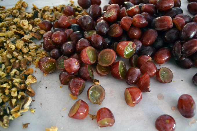 Walnuts & grapes ready to become part of the Tuscan Grape Harvest Cake | labellasorella.com