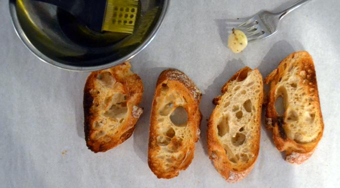 Preparing the toasted bread slices | labellasorella.com