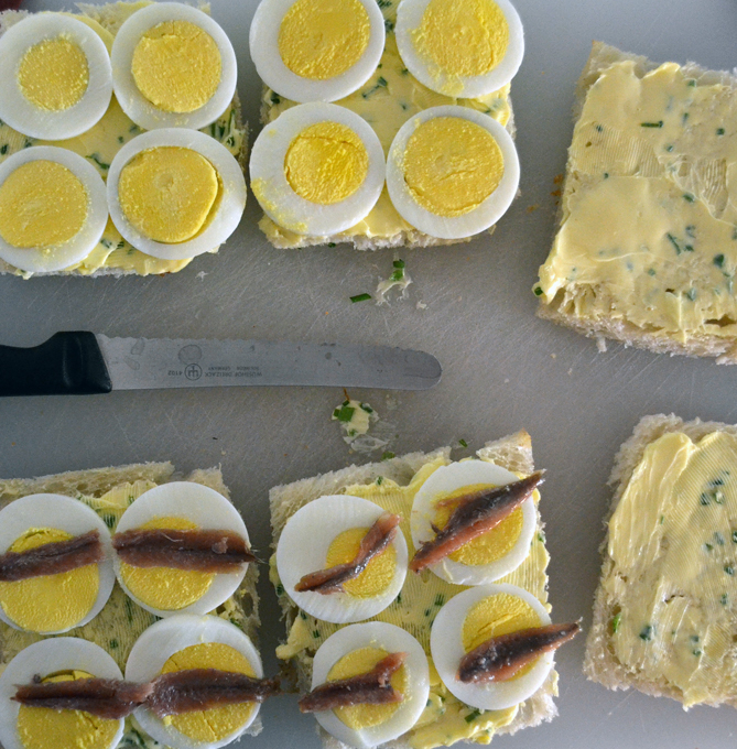 Preparing the tiny sandwiches | labellasorella.com