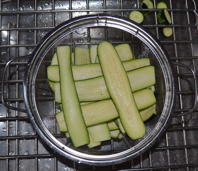 Draining the sliced zucchini | labellasorella.com