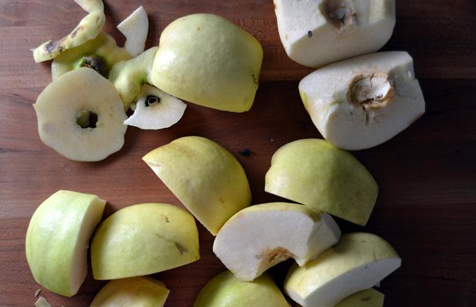 Quartered quince, mutch easier to slice | labellasorella.com