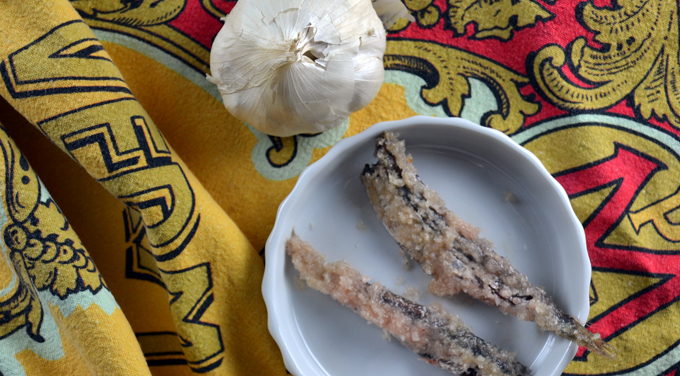 Salted whole anchovies and garlic | labellasorella.com