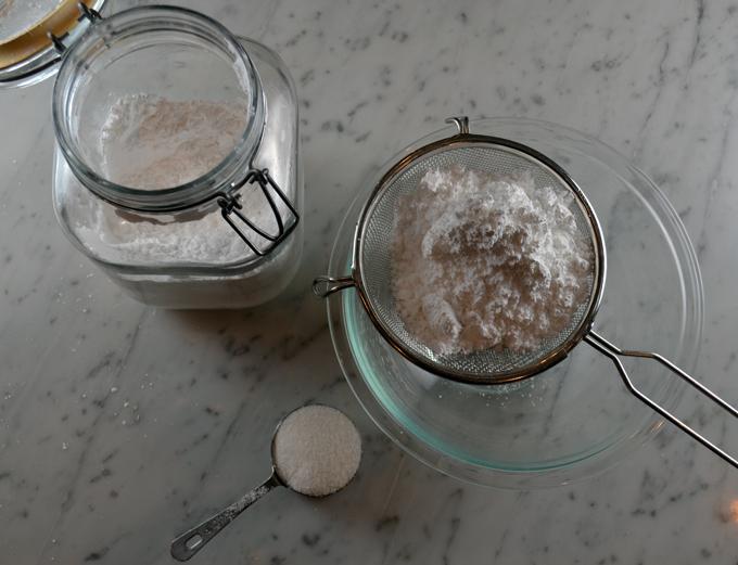 Double sifting of the confectioner's sugar | labellasorella.com